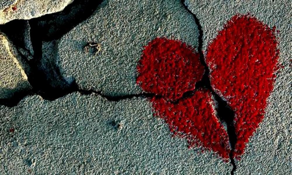 Corazón roto pintado en el suelo roto