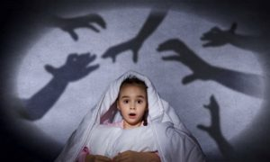 niños que ve manos que lo atemorizan