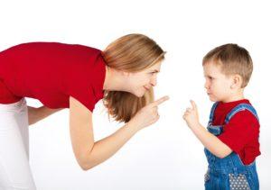 el niño hace el mismo gesto que su madre
