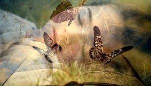 mujer que sueña rodeada de mariposas
