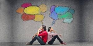 Pareja de un hombre y una mujer sentados espalda con espalda e ilustración simulando sus pensamientos