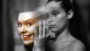mujer trisge que se quita máscara alegre