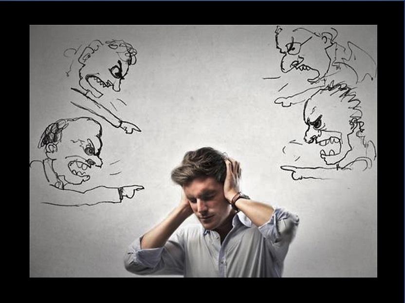 Hombre tapándose las oidos y varios personajes le chillan