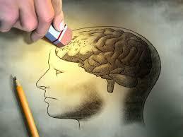 mano con goma de borrar que borra cerebro, en señal de que se puede reprogramar la mente
