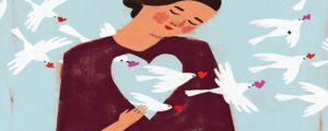 mujercon palomas que brotan de su corazónen señal que genera desde su interior su propia realidad