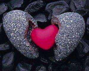 un corazón de piedra se abre y deja ver un verdadero corazón en el interior